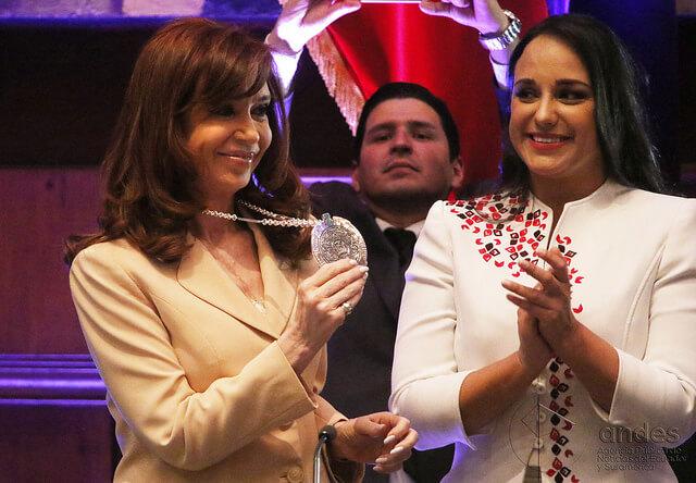 Cristina Fernández de Kirchner condecorada en Ecador