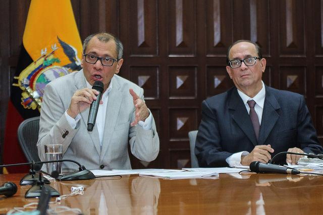 Jorge Glas habla, a su lado su abogado Eduardo Franco Loor