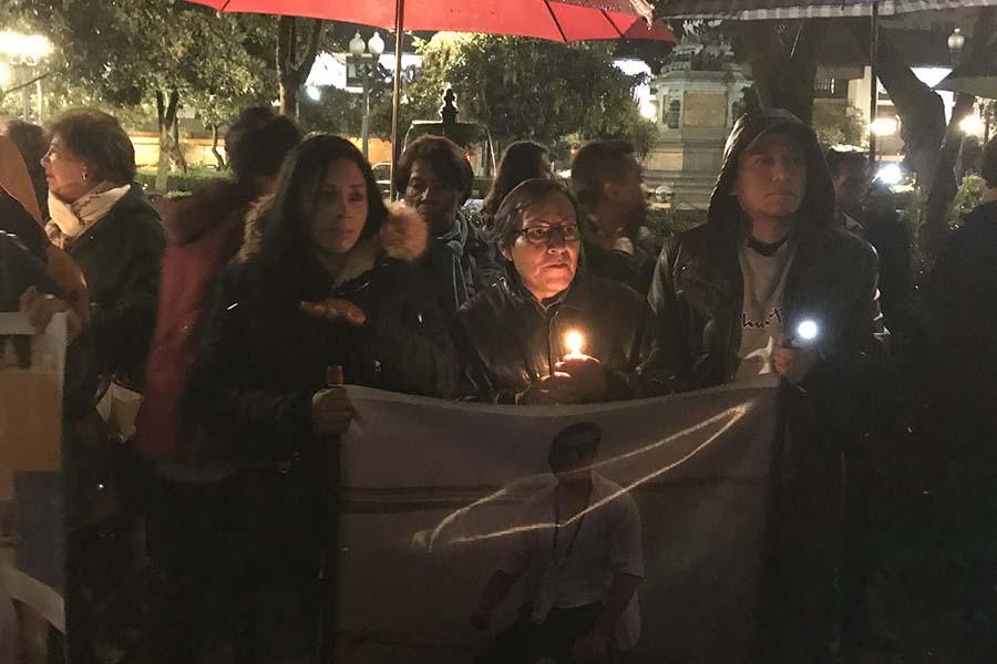 La familia del periodista secuestrado exigen su liberación en la Plaza Grande.