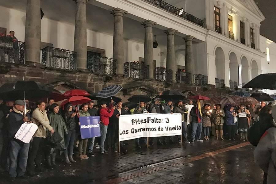 Los periodistas ecuatorianos en la vigilia por sus colegas secuestrados