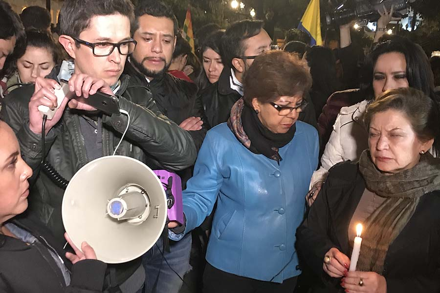 Familiares y amigos de secuestrados reciben noticias en la Plaza Grande