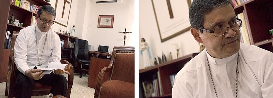 Monseñor Luis Cabrera en el despacho arzobispal muestra el manual que para el juzgamiento de abuso sexual de la Conferencia Episcopal Ecuatoriana.