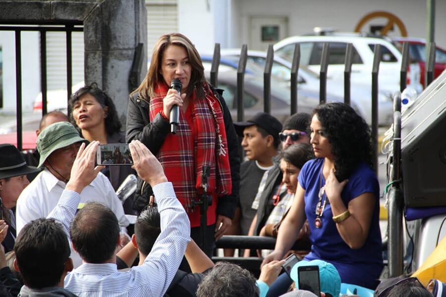 Soledad Buendía, asambleísta correísta, improvisó tarima para dirigirse a los simpatizantes. Fotografía del Ministerio del Interior.