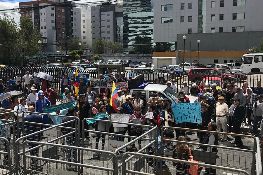 En la entrada de la Corte Nacional de Justicia, un grupo de simpatizantes correístas causó desmanes. Fotografía de Sol Borja para GK.