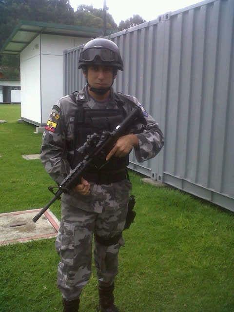 César Coronel era zurdo. Aquí lleva su arma con la mano izquierda. En la escena del crimen, el arma con la que supuestamente se disparó estaba sobre su mano derecha. Fotografía de la familia Coronel Olivo.