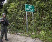 Operativo de vigilancia militar ecuatoriana en el puente que lleva a Colombia en Mataje. Foto / Periodistas Sin Cadenas.