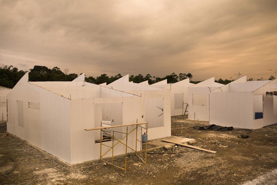 Proyecto habitacional del gobierno ecuatoriano de reubicación de población desplazada por el conflicto en San Lorenzo, que aún no han sido entregadas. Foto: Periodistas Sin Cadenas.