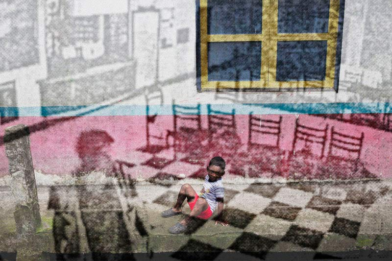 Fotografías sacadas de los informes de la Fiscalía que sistematizan la realidad de la zona de Esmeraldas junto a fotografías realizadas en los mismos lugares. En la imagen, videocámara de vigilancia del hotel donde se hospedaron los periodistas en su última cobertura. Foto: Periodistas sin cadenas.