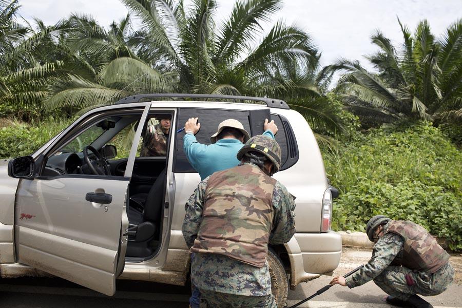 Control militar a la entrada de Mataje , la entrada y salida a esta población es controlada por el ejército ecuatoriano después de la muerte de los 3 militares el 20 de marzo. Foto: Periodistas Sin Cadenas