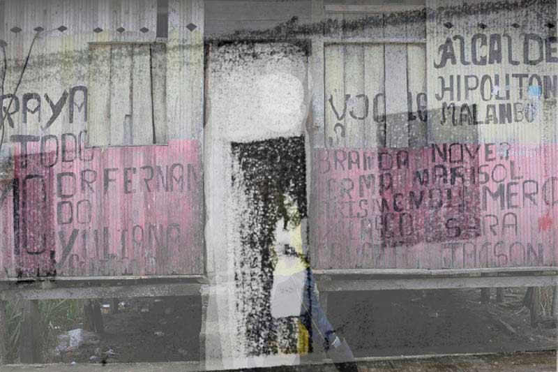 Fotografías sacadas de los informes de la Fiscalía que sistematizan la realidad de la zona de Esmeraldas junto a fotografías realizadas en los mismos lugares. En la imagen, fotografía que señala una de las casas que está siendo investigada. Foto: Periodistas sin cadenas.