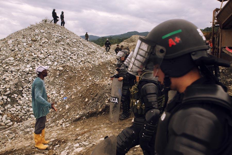 Las fuentes de financiamiento de los grupos armados pasan por la lucha de la tierra y el territorio, la minería ilegal se ha convertido en la segunda fuente de recursos de estos grupos y el control también toca todas las instancias políticas del país. Foto:Juan Manuel Barrero Bueno.