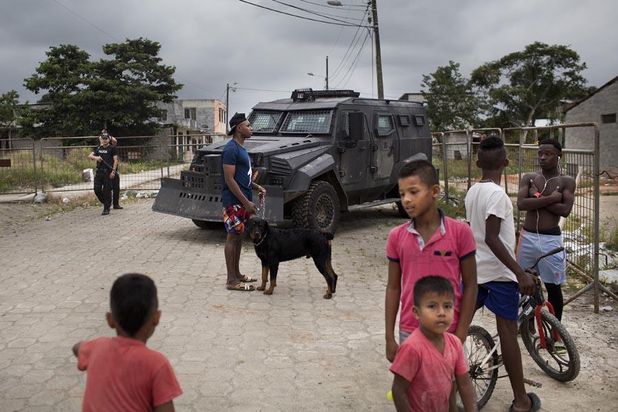 Control policial con tanqueta antimotines en un barrio.