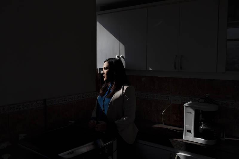Yadira Aguagallo, compañera del fotógrafo Paúl Rivas, en el departamento que compartían. Foto: Periodistas sin cadenas.