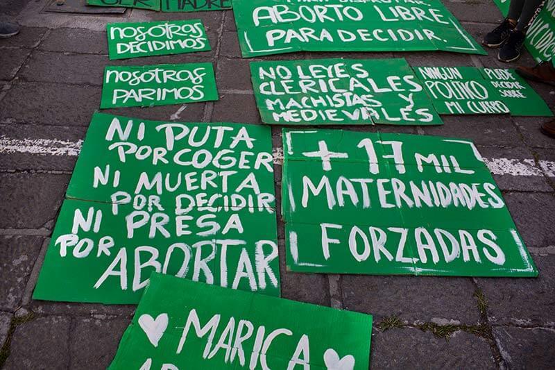 Carteles de la marcha aborto libre 2018 en Quito, Ecuador