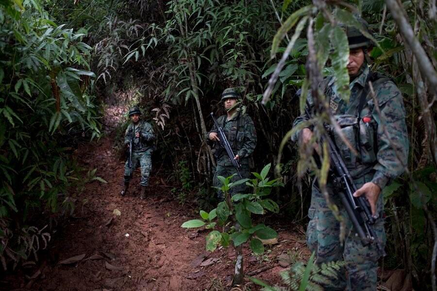 Patrullaje de militares ecuatorianos ante la petición del primer grupo de periodistas en entrar a Mataje. Foto de Periodistas sin Fronteras.