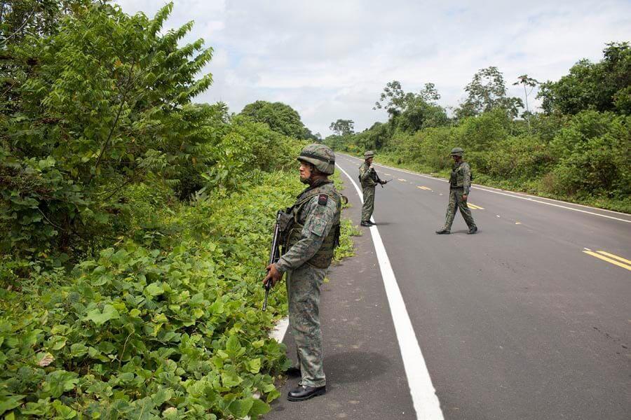 Patrullaje de militares ecuatorianos ante la petición del primer grupo de periodistas en entrar a Mataje.
