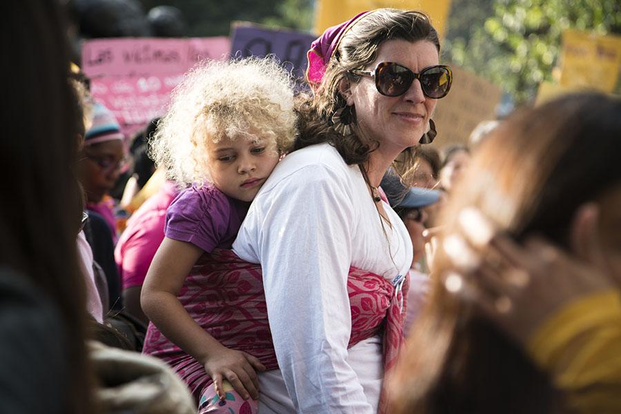 Mujeres llevaron a sus hijos a la marcha contra la violencia de la mujer