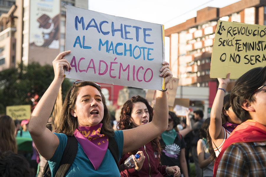 manifestación pacífica denuncia violencia contra la mujer