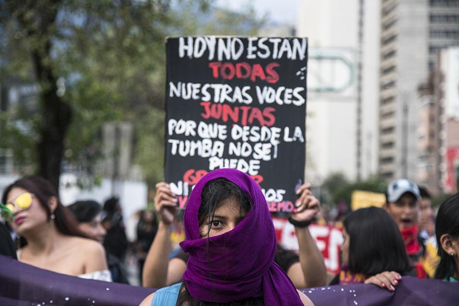 Los carteles de la marcha recordaron a las mujeres asesinadas