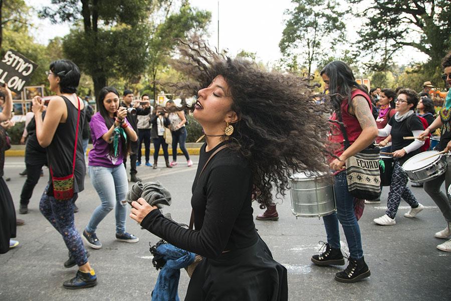 La batucada en la marcha para conmemorar el 25 de noviembre