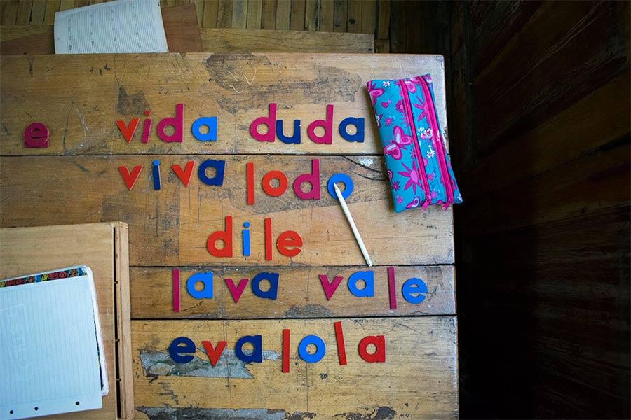 Mujeres vuelven a estudiar la primaria en una escuela de Quito