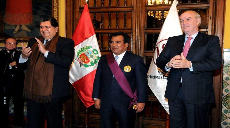 El expresidente peruano Alan García, líder del Partido Aprista Peruano, falleció a las 10:05 del miércoles 17 de abril, unas tres horas después de que se disparara en la cabeza cuando la policía acudió a detenerlo en su domicilio, según informó el Ministerio de Salud del Perú.