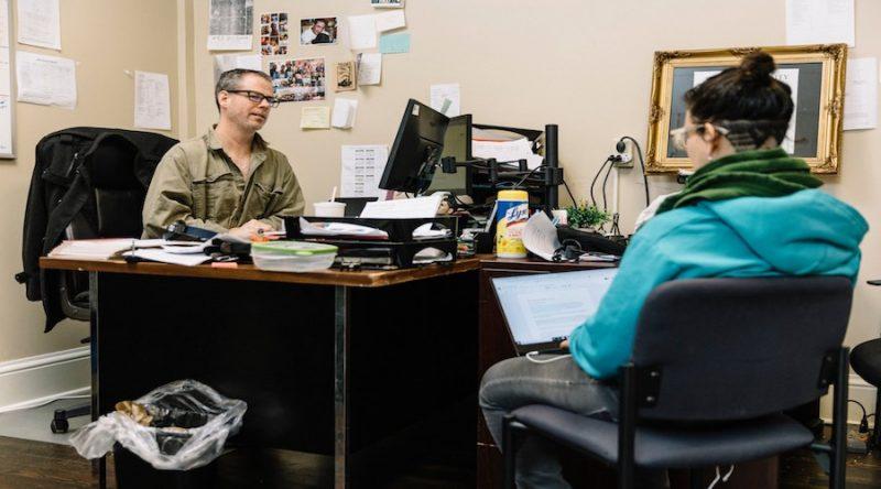 La reinserción de un preso en la sociedad: Bruce Reilly en su oficina