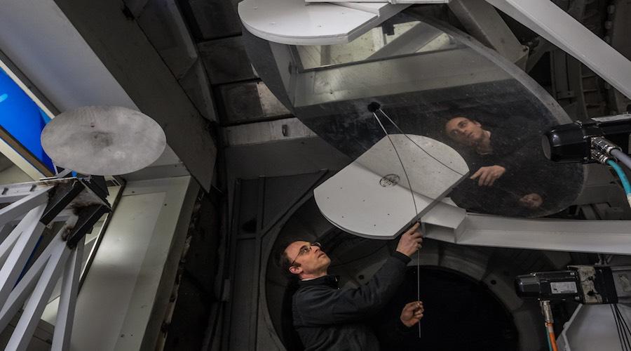 Shep Doeleman, director del EHT, trabaja en el Gran Telescopio Milimétrico en Puebla
