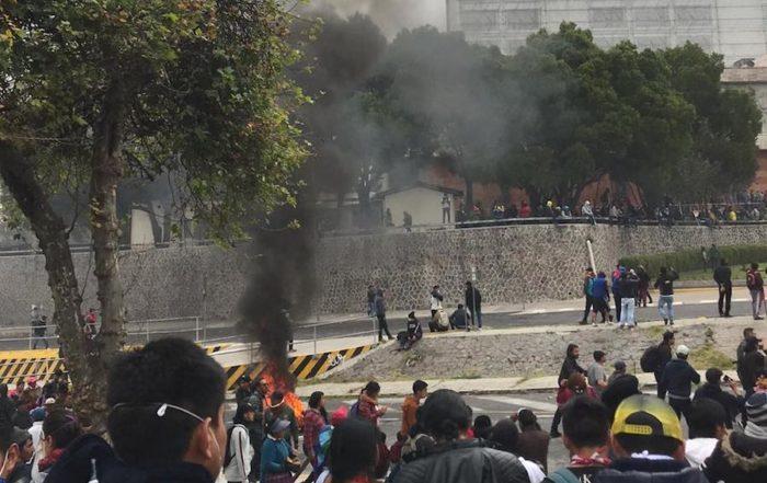 manifestantes entran a la Asamblea Nacional