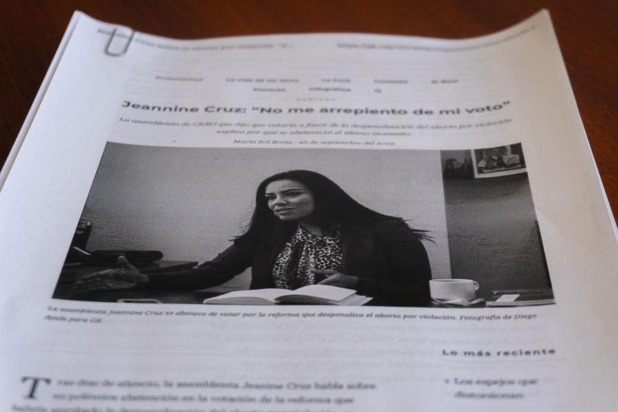 Sobre una mesita de su oficina está impresa la entrevista que Jeannine Cruz dio a GK. Fotografía de Diego Ayala León para GK.