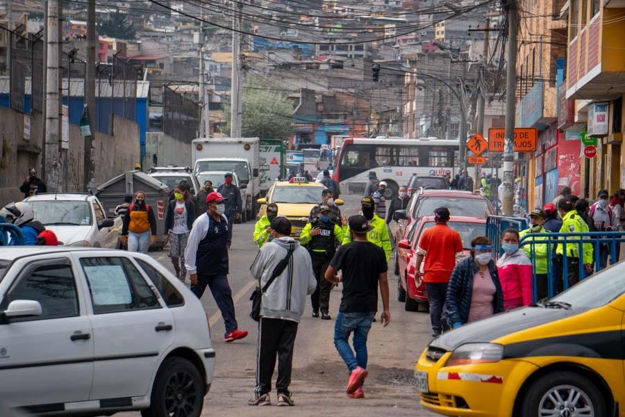 fotos del semáforo en amarillo en Quito