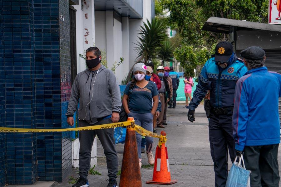 las filas con el semáforo en amarillo en Quito