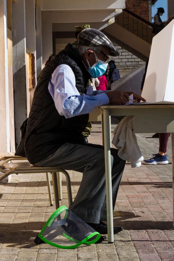 Una mesa especial para personas de la tercera edad y personas con discapacidad se habilitó en los recintos electorales. Ellos sufragaron fuera de las aulas.