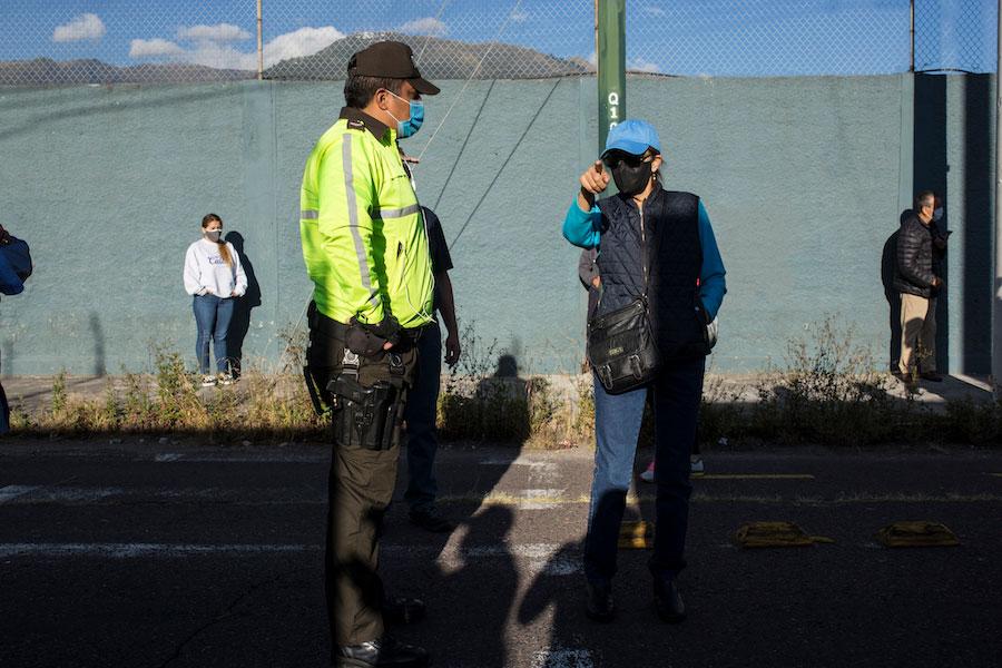 La presencia de policías ayudó a mantener el orden y la seguridad fuera de los recintos electorales.