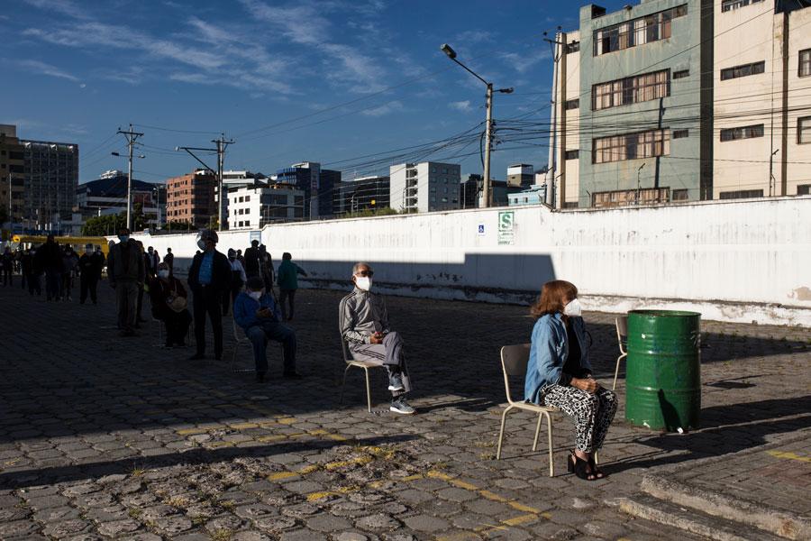 En el Instituto Técnico Central de la ciudad de Quito había una fila especial para las personas de la tercera edad que sufragaban. En Ecuador el voto es obligatorio hasta las 65 años, desde los 66 es opcional.