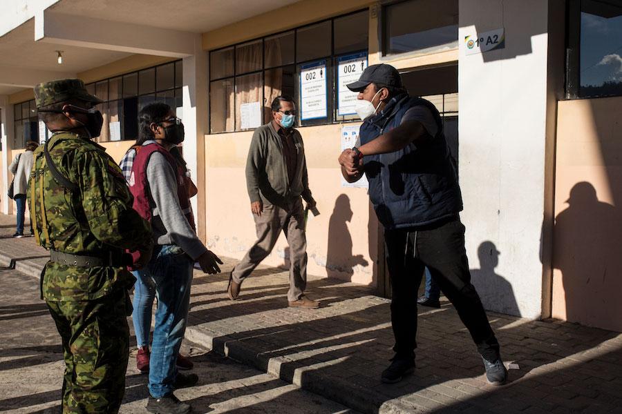Un ciudadano reclamó a los miembros del CNE por el retraso en abrir las juntas receptoras del voto. En el Instituto Central Técnico de la ciudad de Quito la hora de sufragio empezó a las 7 y 35 de la mañana.