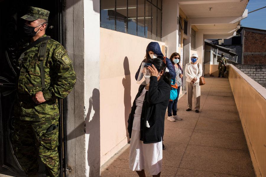 Las Fuerzas Armadas se encargaron de vigilar el orden en las juntas receptoras del voto, haciendo respetar la distancia entre los ciudadanos.