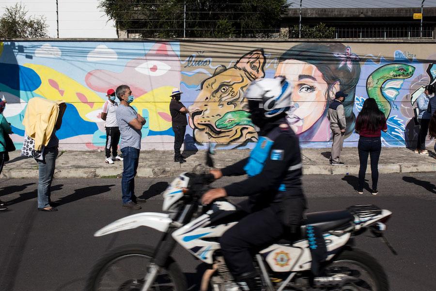 Fuera de las juntas del voto, las filas para ingresar son resguardadas por miembros de la Policía Nacional y Tránsito.