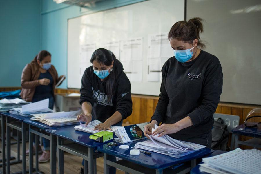 Luego de cerradas las urnas, los miembros de las juntas empezaron a contabilizar las papeletas.