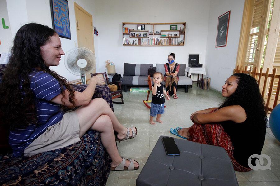 Dos madres y su bebé en Cuba