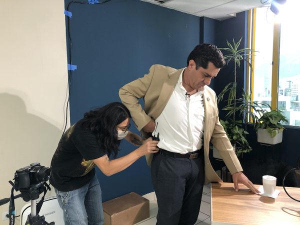 Xavier Hervas, en un olvido, se estaba llevando el micrófono puesto. Fotografía de Ana Cristina Rea para GK.